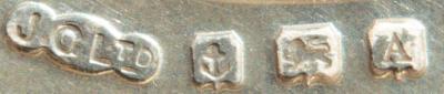 Стеклянные стопочки в серебряных подстаканниках.